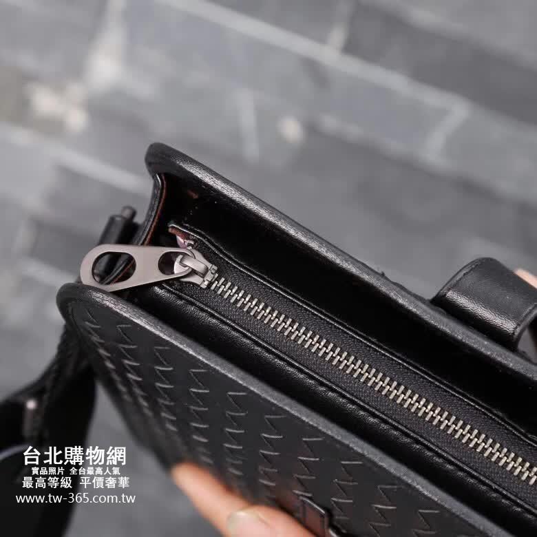 bottegaveneta 2019 斜背包,bottegaveneta男款背包,bottegaveneta男生斜背包!
