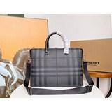 2021年B家男士公文包采用黑灰格紋 低調奢華點綴經典格紋圖案的側邊裁片、^_^背帶與行李吊牌。