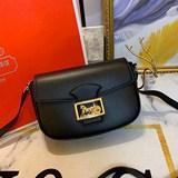 【原版高品質】最新CELINE MAILLON TRIOMPHE 中號緞面小牛皮手袋。