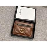新款款號︰443127棕色GG Marmont卡片夾采用絎縫人形花紋真皮精心打造,