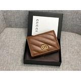 新款款號︰466492棕色GG Marmont卡片夾采用絎縫人形花紋真皮精心打造,背面配以人形花紋設計和GG標志。