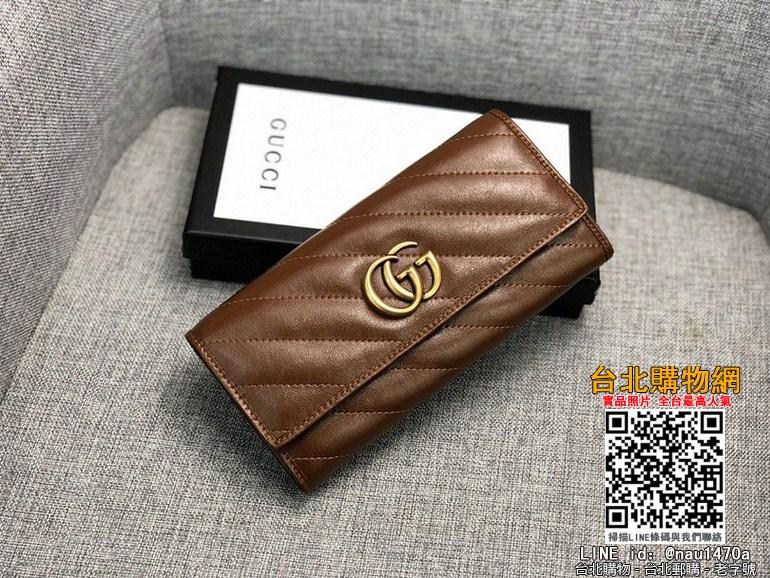 新款款號︰443436棕色GG Marmont皮夾采用絎縫真皮精心打造,背面配以人形花紋設計和GG標志。