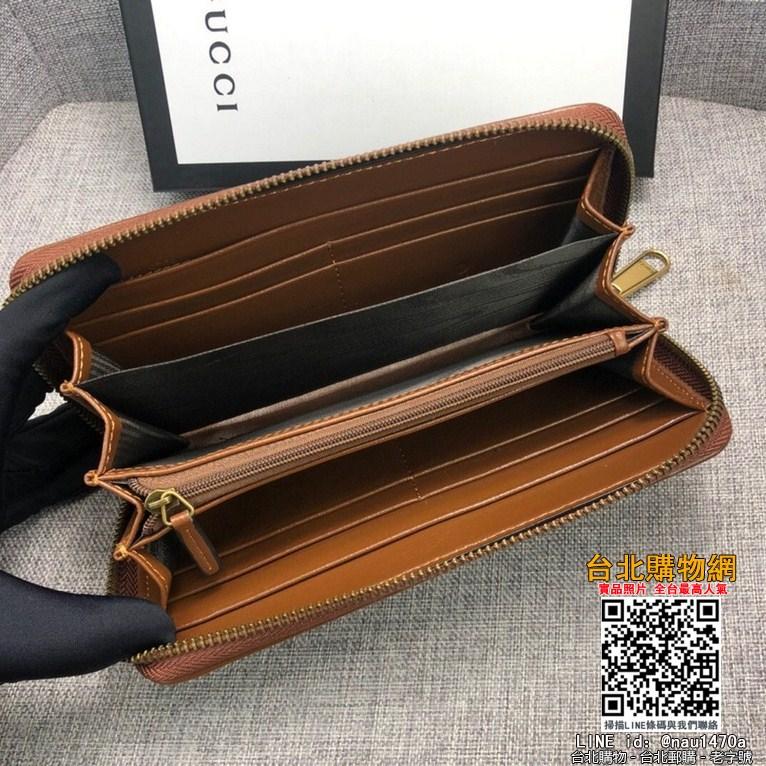新款款號︰443123棕色 GG Marmont皮夾采用絎縫真皮精心打造,背面配以人形花紋設計和GG標志。
