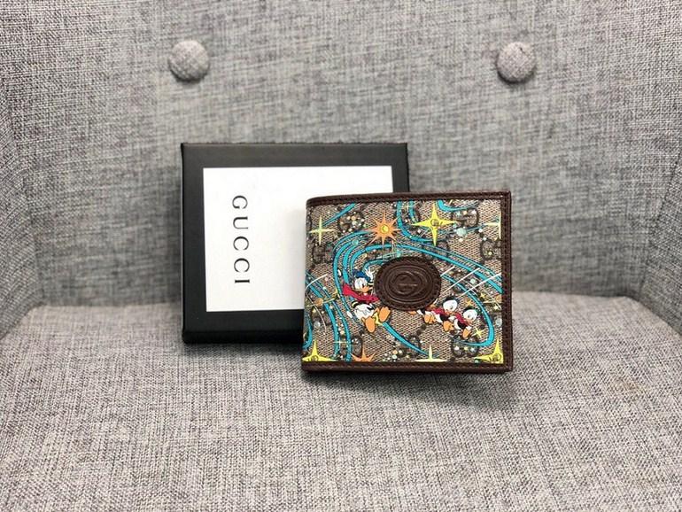 新款款號︰647937棕色 GG Supreme皮夾具有傳奇色彩的迪士尼角色繼續為品牌的美學理念注入豐富靈感。