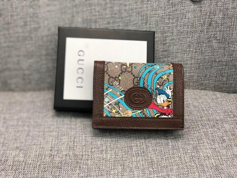 新款款號︰648121棕色 GG Supreme皮夾具有傳奇色彩的迪士尼角色繼續為品牌的美學理念注入豐富靈感。