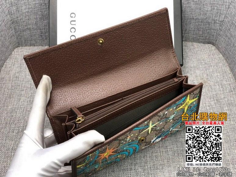 新款款號︰647828棕色 GG Supreme皮夾具有傳奇色彩的迪士尼角色繼續為品牌的美學理念注入豐富靈感。