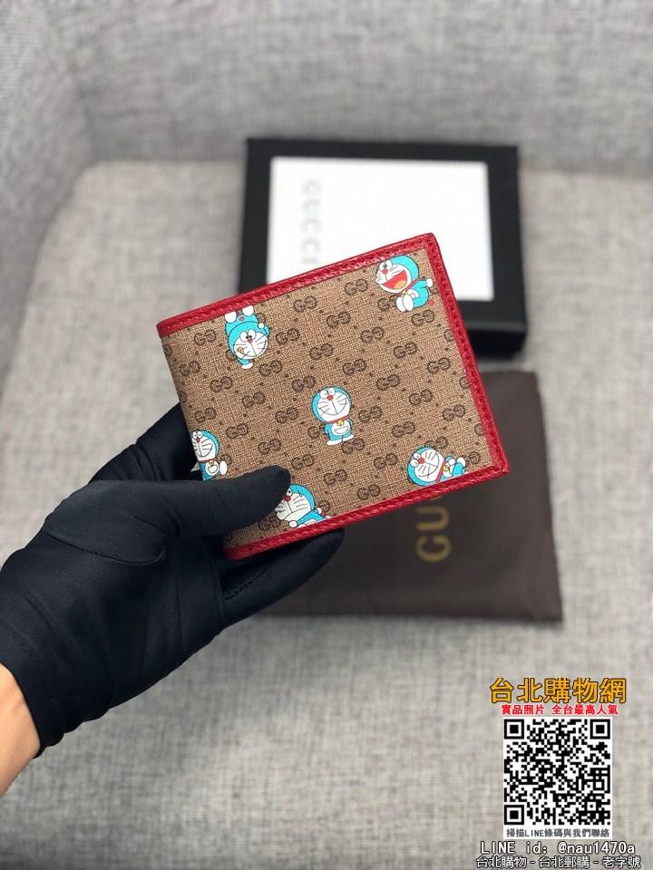 2021新款 GG superme帆布錢包妙融入時光旅行機器貓的經典形象,是品牌魚多啦A夢推出特別系列單品之一米色/烏木色GG 帆布