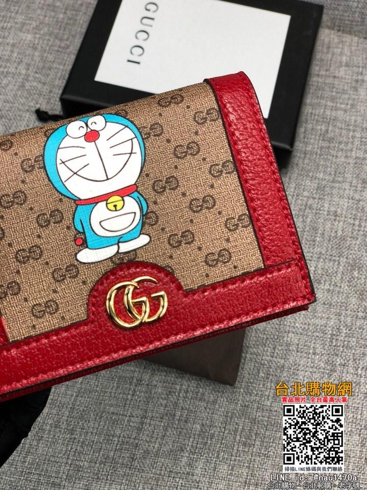 2021新款 GG superme帆布錢包妙融入時光旅行機器貓的經典形象,是品牌魚多啦A夢推出特別系列單品之一米色/烏木色GG 帆布 櫻桃紅皮滾邊 尺寸︰11*8.5*3 編號︰647788
