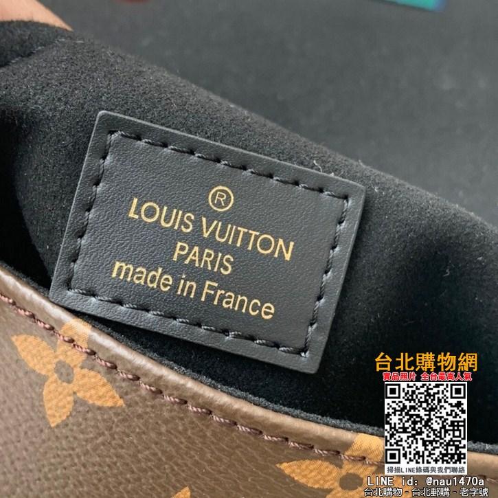 M44321小巧而有型的Locky BB手袋采用Monogram帆布和牛皮材質,
