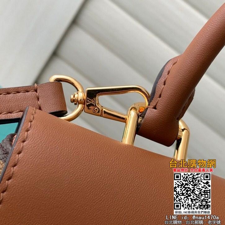 M44653小巧而有型的Locky BB手袋采用Monogram帆布和牛皮材質,