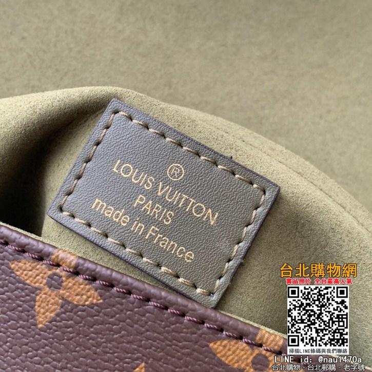 M44141小巧而有型的Locky BB手袋采用Monogram帆布和牛皮材質